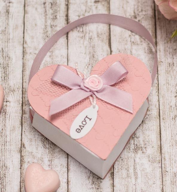 So eine süße Herzschachtel ist doch mal eine ganz besondere Geschenkverpackung. Und wer sie nicht fertig kaufen möchte, kann sie sich in der gewünschten Größe ganz einfach selber basteln.