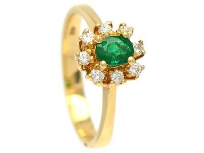 CLUSTER RING, 18K gold, oval-cut emerald 0,42 ct, 8 brilliant cut diamater 0,20 ctw, approx TW/VVS, size 17,50 mm, weight 3,7 g.