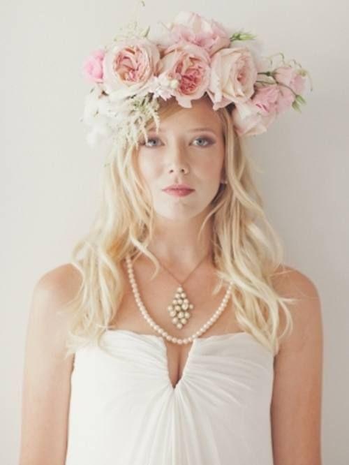 Este tocado de novia lucirá hermoso para una boda en primavera-verano, al aire libre o en el jardín