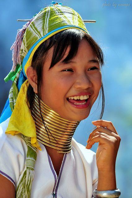 Sourire d'une femme girafe en Birmanie