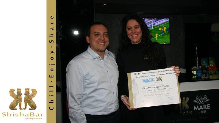 Alicia con su diploma junto a Julio Ortega, director General de Narguile Club.