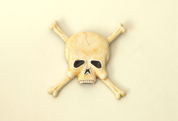 Hand painted skull wall plaque, then varnished to seal in and bring out all that lavish detail... Enjoy - :)