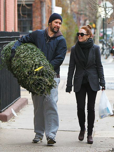 Julianne Moore looks so fab in these round sunnies! Check out her burly hubby carrying that massive Christmas tree! What a guy!