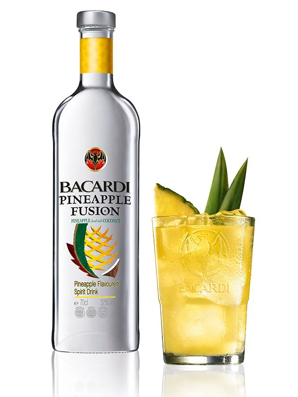 BACARDÍ Pineapple - Ingrédients: 4 cl de BACARDÍ Pineapple Fusion, 8 cl schorle de pomme, Citron vert, Ananas - Préparation: Remplir de glaçons dans un verre à longdrink, presser un quartier de citron vert et l'ajouter au drink. Verser du BACARDÍ Pineapple Fusion et compléter avec du schorle de pomme – remuer légèrement. Garnir le cocktail d'une tranche d'ananas et, éventuellement, de deux feuilles d'ananas.