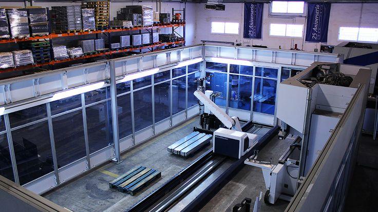 ¡Buenos días! Os presentamos nuestra máquina plegadora. Nuestros operarios le dan las órdenes necesarias para su buen funcionamiento y ella trabaja de manera mecánica plegando y doblando metales.