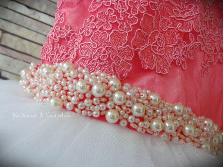 INCLUSO SAIOTE DE TULE Vestido confeccionado em renda, cetim e tule irizado Faixa bordado com pérolas As cores podem ser mudadas