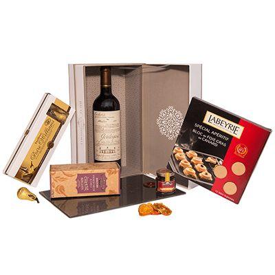 Cadou pentru Craciun AG04. #Cos pentru #Craciun contine #vin roșu Cahors Gouleyant Malbec 2012 Franța, bloc de Foie Gras felii Labeyrie, dulceață de ceapă Delpeyrat, specialități de patiserie englezească Savoury Farmhouse, specialități din ciocolată neagră Williams Abtey Franța, #platou din sticlă incasabilă Savoreaux. Produsele sunt ambalate intr-o cutie cu capac Haute Gastronomie, fiind o alegere potrivita pentru a oferi bucurii celor pe care ii apreciati cu ocazia sarbatorilor de iarna.