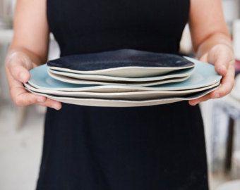 En céramique plat de cuisson au four, blanc & noir cuisson plat, plat, bol de service en céramique, céramique Pie Pan, cadeau de cuisson au four de cuisson de céramique  Nous avons combiné beauté rustique et la fonctionnalité dans notre plat allant au four d'argile à la main. Fabriqué en argile noire avec un vernis brillant, blanc à l'intérieur, notre moule rond a un look classique, que vous allez adorer pendant de nombreuses années à venir. Ce plat de cuisson de bel est un aliment de base…