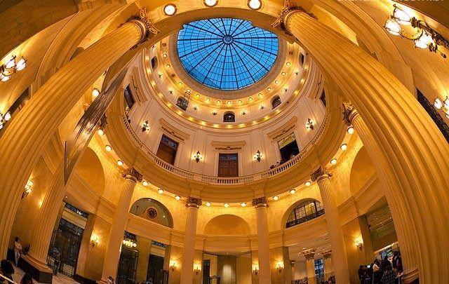 CENTRO CULTURAL BANCO DO BRASIL (CCBB - RJ)    Na arquitetura destacam-se as belas colunas e a imensa cúpula transparente que confere uma agradável iluminação natural ao ambiente.
