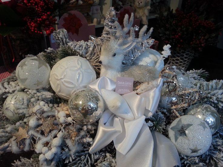 Centrotavola bianco con bamby,bocce di vetro e pino innevato