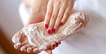 Esfoliante caseiro de hidratante + 1 ingrediente vai deixar os pés lisinhos no frio