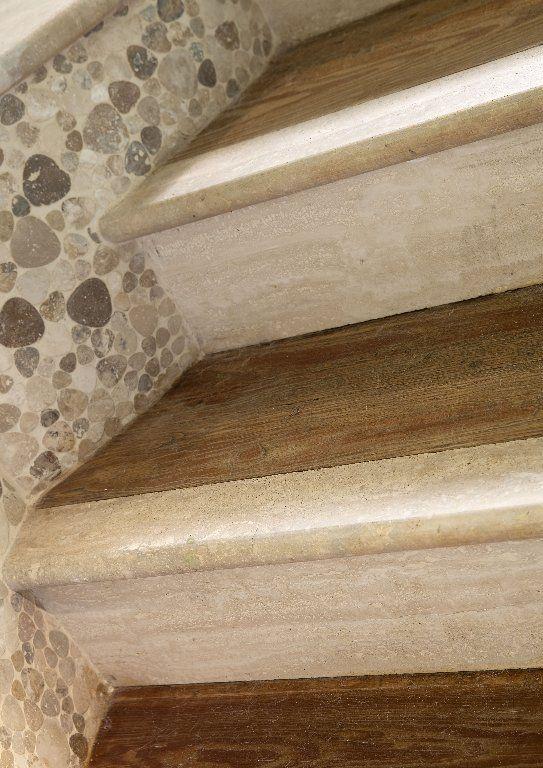 Scala in Travertino e legno, con mosaici mod. Petali    #Mosaici #Mosaics #pietrerapolano