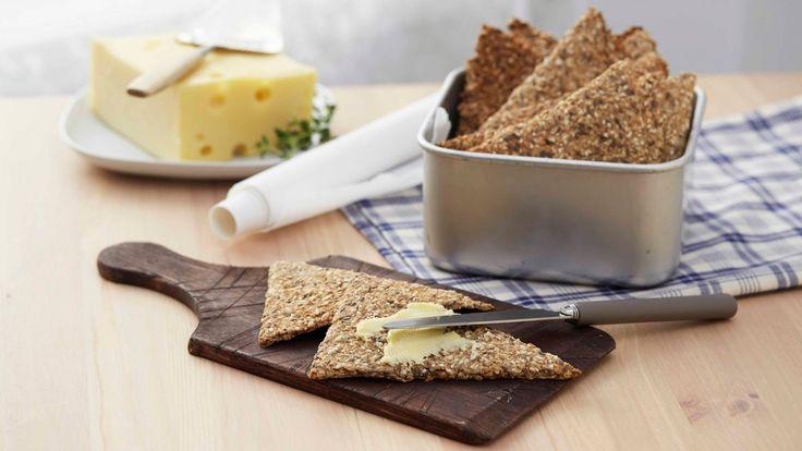 Knasende godt hjemmelaget knekkebrød med linfrø, sesamfrø og solsikkekjerner. Nydelig til syltetøy eller en god ost.