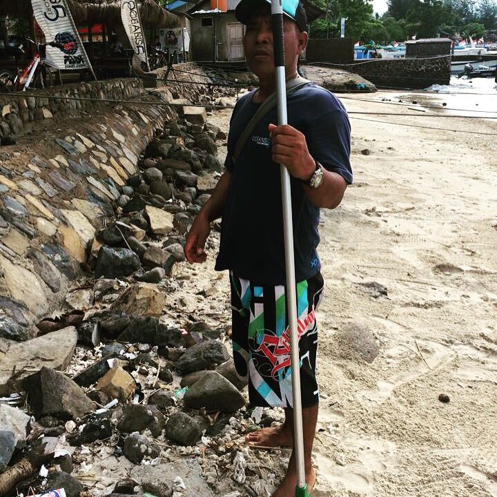 Cleaning the beach during rainy season! Has to be done, lots of rubbish arrives at the beach.  #padi #projectaware #divingagainstdebris #debris #scuba #giliair #cleanup #indonesia #gili #oceans5dive