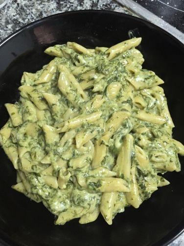 Calentar el aceite. Sofreir la cebolla y las espinacas descongeladas y escurridas. Poner la paleta mezcladora y añadir los macarrones, la crema de leche y el agua. Tapar con el cubilete hasta que hierva, después quitarlo. Dejar reposar unos minutos, mezclando de vez en cuando a velocidad 2 (sin temperatura) para que no se peguen. Finalmente añadir el queso rallado removiendo a velocidad 2 y servir.