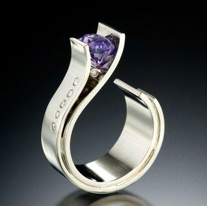 Anillo de oro blanco, diamantes y zafiro púrpura | Adam Neeley.