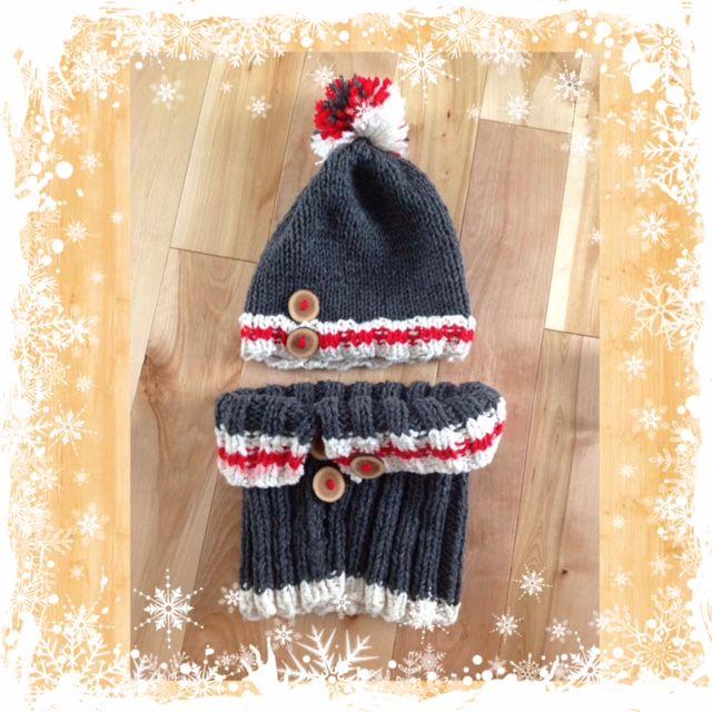 Tuque et cache-col tricotés à la broche par MT-Carole pour sa fille à Noël 2015. Faits sans patron, et les boutons de bois sont faits aussi par MT-Carole.