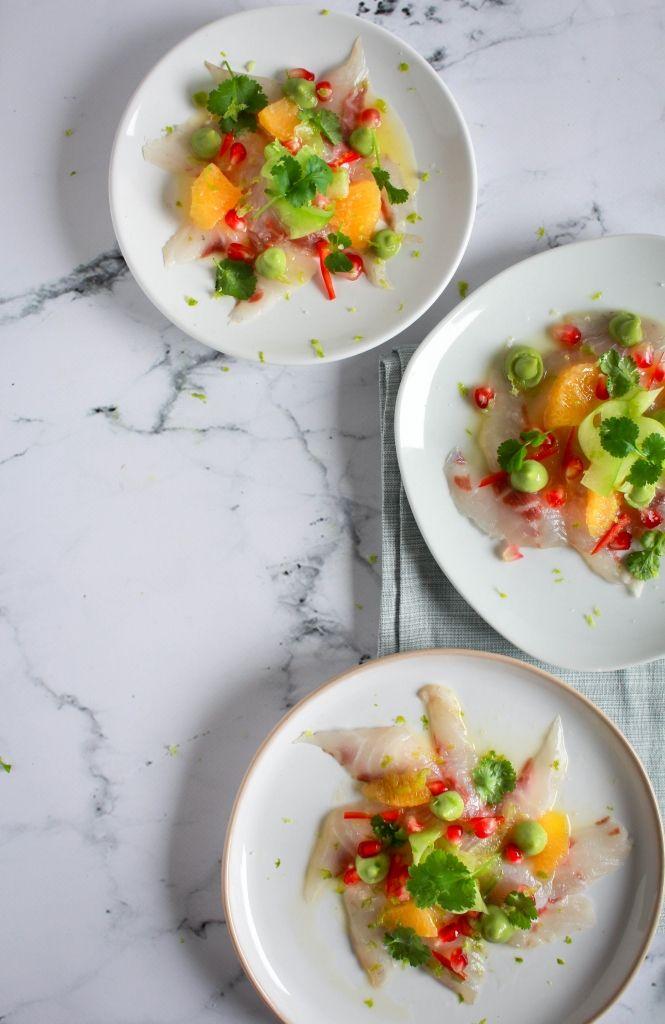 Deze ceviche van zeebaars is licht, fris, snel klaar, makkelijk te maken en volledig vooraf voor te bereiden. Een perfect voorgerecht voor het feestmenu!