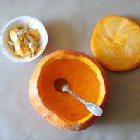Les gros pompons colorés des dahlias pourpres et oranges s'harmonisent parfaitement aux petites poires vertes, savamment disposés au coeur d'une généreuse citrouille ventrue. Facile ...