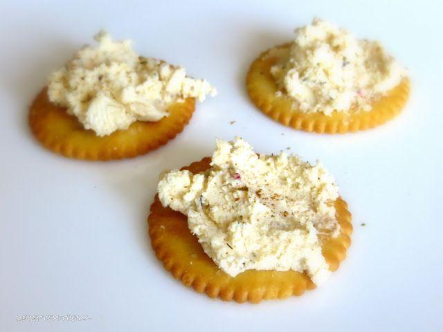 Seid Ihr auch ein Brot - Fan, einer der auch gerne mit Crackern dippt ? Wenn dieser Dip über Nacht im Kühlschrank ziehen kann, ist er noch intensiver im Geschmack. Auf frisch gebackenem Baguette, sooo