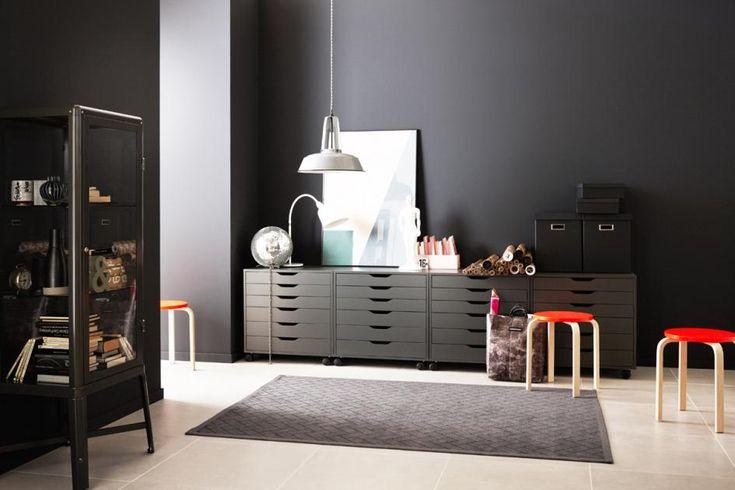 Steht da an der Wand etwa eine Vitrine? Genau! Werden Möbel im gleichen Farbton wie die Wand gestrichen, beanspruchen sie zumindest optisch keinen Platz mehr...