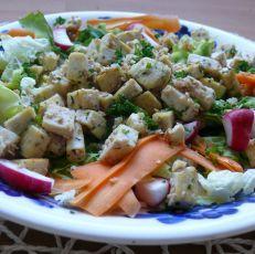 Salát s opékaným česnekovým tofu