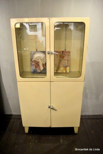 Stoere oude metalen ziekenhuis kast met dubbele deur vintage vitrine kast  - www.brocantiekdelinde.nl