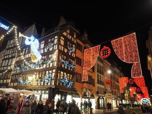 Strasbourg_Christmas_Market_Streets.jpg