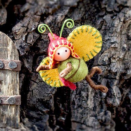 Belangrijk-dit is een pre-orde item. 5-7 werkdagen na aankoop zal het schip.  Dit is een super leuke 1 1/2 inch Gnome Bug. Het is gemaakt van draad bedekt met katoen floss. Het heeft een houten parel hoofd en draad antenne. De buik is gemaakt van naald vilten wol. De vleugels zijn gemaakt van wol weefsel en de hoed is gemaakt van wol voelde. Het het dragen van een bruine tas die wordt niet geopend en is niet verwijderbaar.  Deze kleine bug is zo schattig! Het is poseable en zal vasthouden…