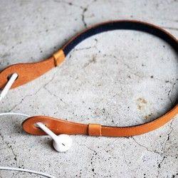 """IHooc""允許在頸部保持在從入耳式耳機的智能手機和移動音頻拆除的時間。在會計的便利店,在訓練中加班""點點""耳機刪除目的地。 ■您的使用附加推使用剪切,這是在所述主體的孔部設置在iHooc耳機。 然後由iHooc身體向頸相乘。在不使用時,當使用耳機降低耳機拉出耳機線以iHooc體附著到耳朵,它會保持在頸部。 ■3號有大小。 S(整個圓周41厘米):主要表現為女性 M(全週43厘米):主要表現為男子舒適的穿著想要的男人:L(整個圓周45厘米) 正在使用的※1張照片這是大小S。 ※建議頸部+ 3〜5厘米的厚度的本人。 ■顏色駱駝×襯海軍(1,2張眼照片) 黑×襯海軍(3張眼照片) 駱駝×襯深紅色(4張眼照片) ※iHooc其他顏色是繼意志你。 Http://Www.Creema.Jp/c/sklo/selling ★★您訂貨時請在備註欄★★襯裡顏色和大小的指定總是充滿 ★★SKLO簡單的代碼架同時更方便您接收並★★ Http://Www.Creema.Jp/exhibits/show/id/1224587 手日本製造 ·從所有的進程皮革切割到日本的縫紉..."