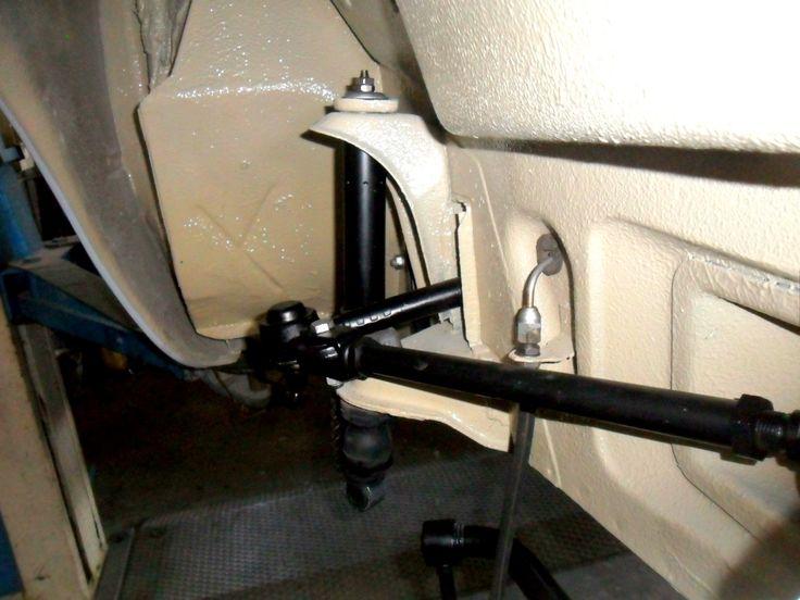 Particolare del braccio oscillante e ammortizzatore della sospensione anteriore sinistra di un'Alfa Romeo Giulia.