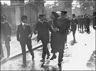 E. Pankhurts detenida frente el palacio de Buckingham. Londres, 1914   http://www.npg.org.uk/whatson/display/2014/suffragettes-deeds-not-words.php