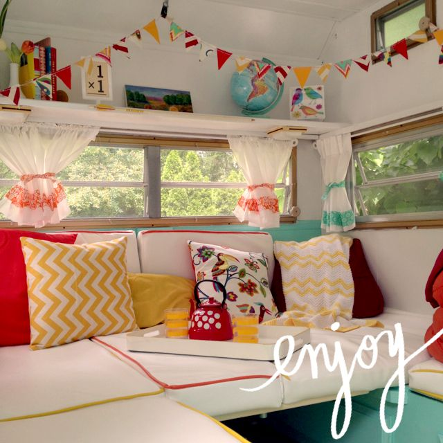 Martha stuurde ons kort geleden de leukste foto's van haar kleine campertje. En oh, zucht kreun, wat ben ik toch gek op de combinatie wit en veel kleur. Ik word er simpelweg hartstikke vrolijk van. Alle vintage props zijn ook erg geslaagd. Leuk stijltje!  Ter inspiratie
