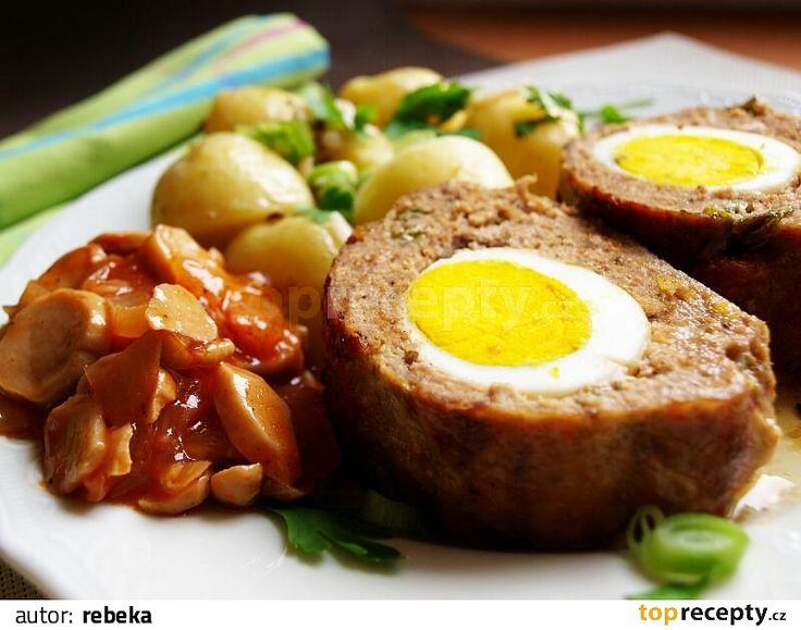 Umleté maso smícháme s jedním vejcem, solí, pepřem dle chuti a dvěma lžícemi vody. Promíchanou hmotu rozetřeme na moukou posypaný plát alobalu,...