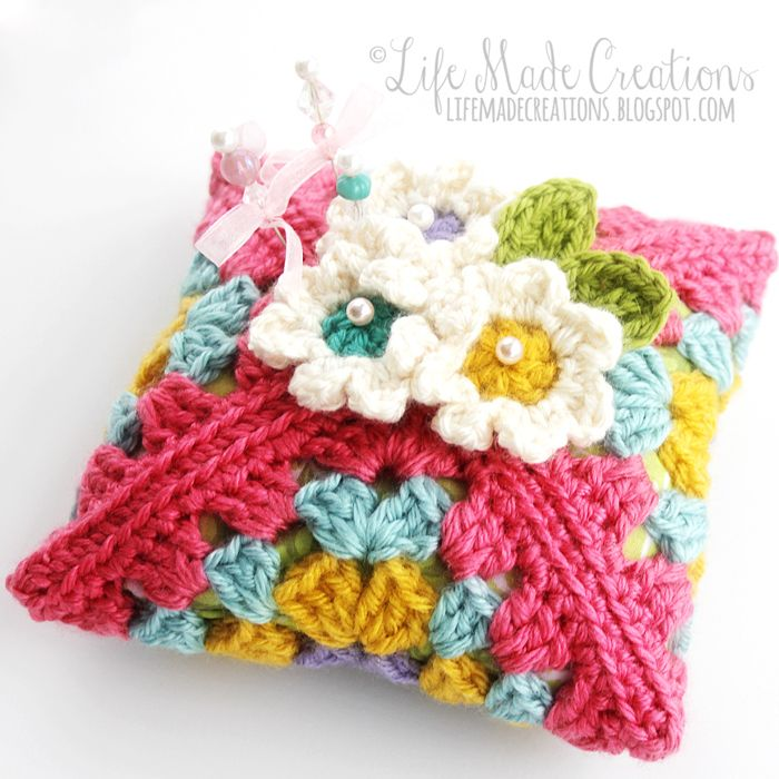 Cute granny pincushion made by Life Made Creations. You can find the free pattern here at Wild about Yarn http://wildaboutyarn.blogspot.de/2015/01/january-yal-blossom-pin-keeper.html