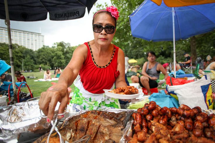 Mittagessen auf der Thai-Wiese - Mitten in Wilmersdorf in einem kleinen Park treffen sich thailändische Frauen und breiten ihre Picknickdecken aus.