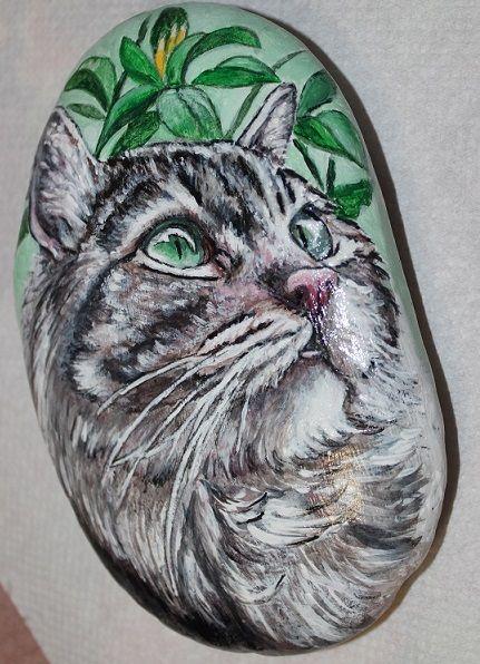 pittura su sasso con tempera acrilica. E' il ritratto di un magnifico gatto tigrato, con gli occhi verdi che vive felice in mezzo al verde della casa di campagna dei suoi padroni.