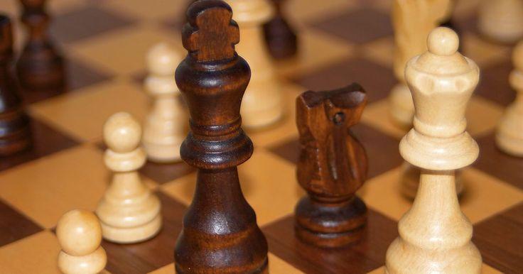 Cómo Ganar en Ajedrez en 10 Movimientos. Puedes ganar una partida de ajedrez en 10 movimientos, pero no es fácil. El promedio de movimientos por juego en los torneos es de 40, así que para ganar en 10 movimientos se requiere vasta diferencia de habilidades entre tú y tu oponente, o un gran golpe de suerte, o ambas. No hay manera de ganar en 10 movimientos porque no siempre se pueden ...