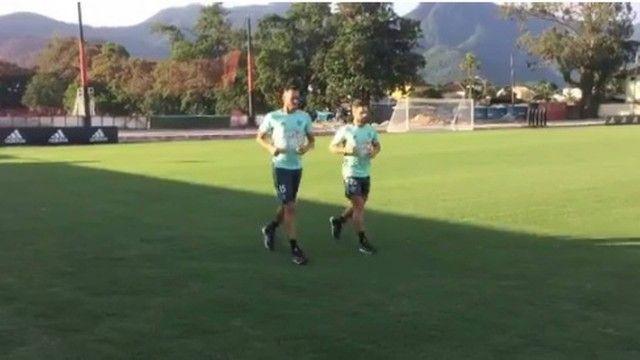 Em recuperação meia Diego corre em volta do campo em CT do Flamengo