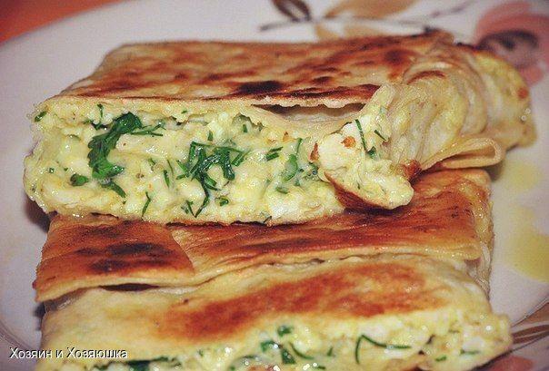 источникХозяин и Хозяюшка  КОНВЕРТИКИ ИЗ ЛАВАШАНачинка:отварная куриная грудка,натертый на терке сыр,зелень,сырое яйцо,соль.Все смешать, выложить на кусок тонкого лаваша (квадрат 30х30см), свернут…