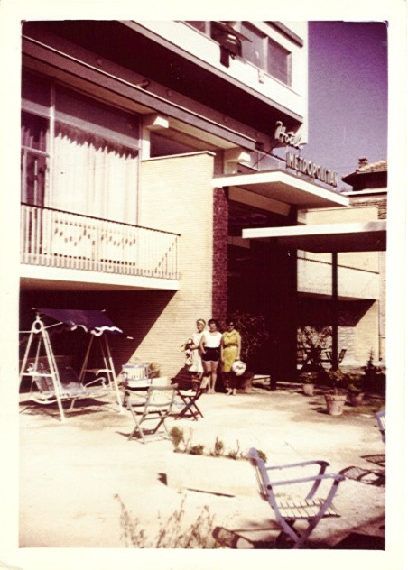 1964 - la piscina ancora non c'era, accanto all'ingresso un giardino con dondolo