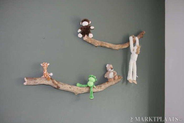 DIY-idee Takken aan de muur (laten drogen, verven of vernissen en haakjes erin draaien) en dan dierenknuffels erop of eraan laten hangen.