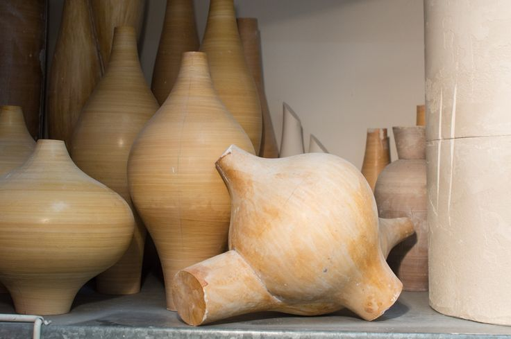 Gipsformen im Atelier von Christine Ruff | NEST Magazin #ceramics #whiteceramis #porcelaine #vases #vase #porezellan #keramik
