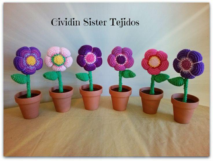 Flores tejidas al crochet con macetas de barro pintadas for Macetas de barro pequenas