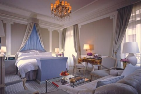Located on the 22nd floor of The Carlyle in #NewYork, the Royal Suite is magnificent yet cosy. It's a two-bedroom duplex that resembles a country house with its collection of antique books, sunburst clocks and fireplace. Only when you look outside will the views remind you that you are, in fact, in one of the busiest cities in the world. Guests have a wonderful view of Central Park thanks to its location on #Manhattan's Upper East Side. Did we mention the Steinway piano?
