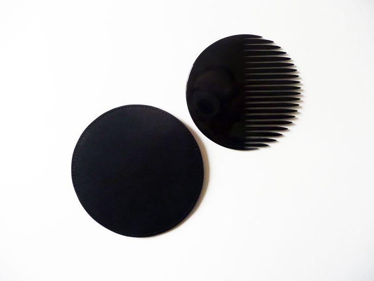 Peigne en corne.  Étui en cuir. 120 €. Michaël Verheyden. http://www.michaelverheyden.be
