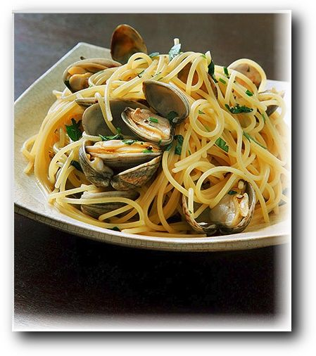 A chef introduces spaghetti alle vongole with infused energy of the season. The bamboo tong will be needed: http://www.amazon.com/Good-Gusto-Tongs-Wooden-Spoons/dp/B00PCD5UCI/ie=UTF8?m=AMLGAG9PZ34I8&keywords=Tongs+Set