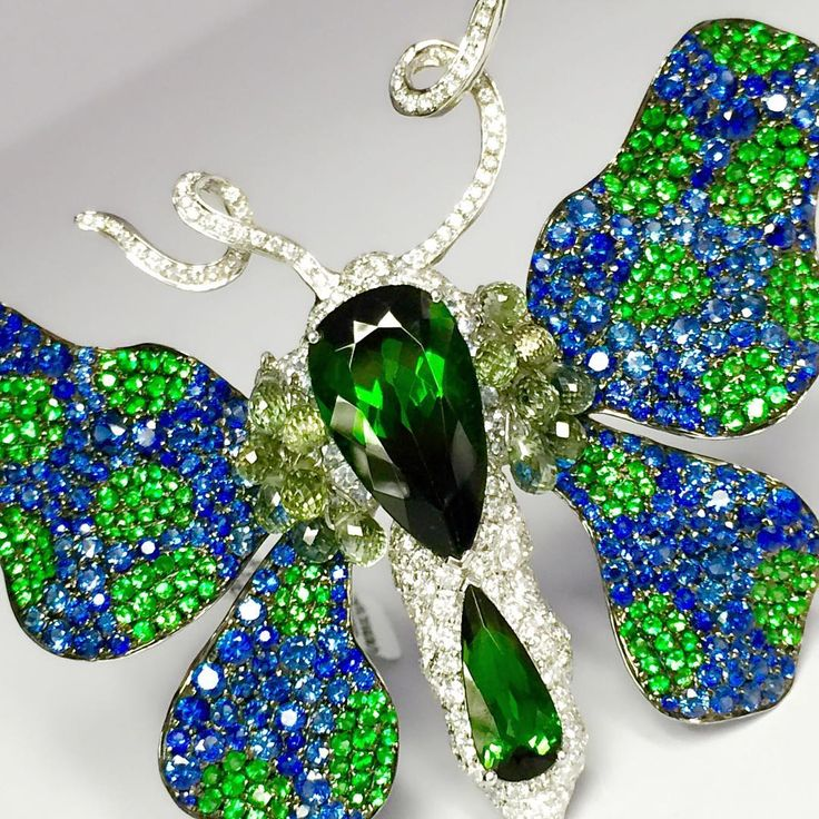 #goldiaq_official #luxury #luxuryjewelry #finejewelry #highjewelry #jewellery #jewelry #jewelleryshow #newyork# #london #swiss #gold #18K #sapphire #emerald #tourmarine #diamonds #brooch