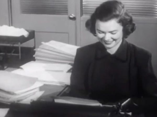 Секретарши 1950-х годов: 11 правил, которым должны были следовать женщины, работающие в офисе http://kleinburd.ru/news/sekretarshi-1950-x-godov-11-pravil-kotorym-dolzhny-byli-sledovat-zhenshhiny-rabotayushhie-v-ofise/  После Второй мировой войны в развитых странах было обычным делом видеть женщину в качестве работника в разных заведениях. И, несмотря на этот факт, все же, для работников женского пола действовали кое-какие правила и ограничения. По большей части, женщины работали…