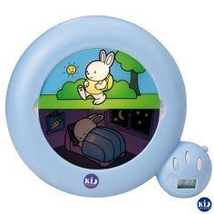 """kid sleep veilleuse  Dès 2 ans et demi on enregistre dans l'appareil les heures de réveil """"tolérés""""  On peut enregistrer simultanément 2 heures de réveil (pour le matin et pour la sieste). Tant qu'il n'est pas l'heure de se lever, c'est la zone avec le petit lapin endormi qui est éclairé !   Dès que l'heure """"acceptable"""" est atteinte, c'est la partie avec le petit lapin qui se promène qui s'éclaire. Le message est clair pour l'enfant"""